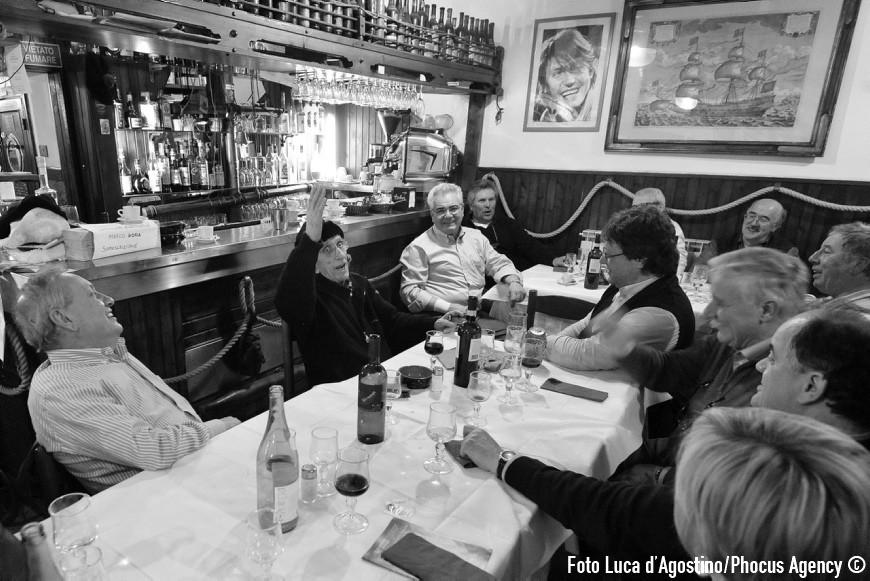 """Genova, 23/04/2012 - A Forza di essere Vento - Viaggio con il Coro Le Colone di Mortegliano verso Genova - Il gruppo alla osteria """""""