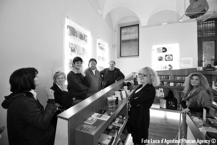 Genova, 25/04/2012 - A Forza di essere Vento - Viaggio con il Coro Le Colone di Mortegliano verso Genova - Via del Campo - Foto Luca d