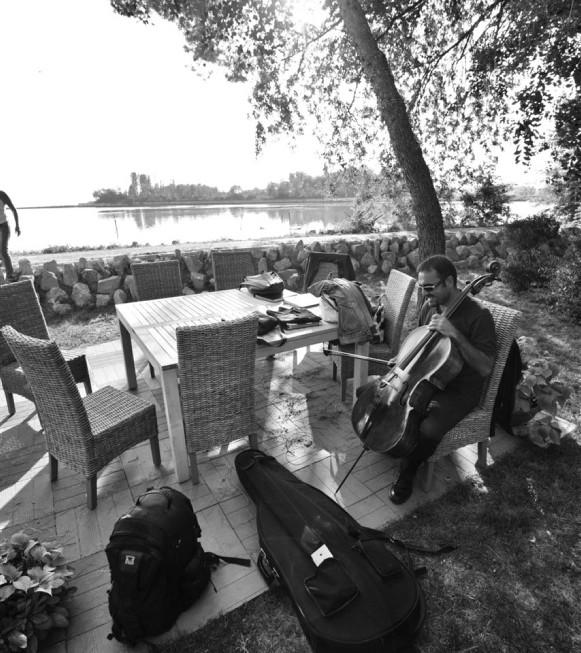Portobuso, 06/09/2012 - Trattoria ÒAi CiodiÓ Ð CaÕ Anfora Ð A FORZA DI ESSERE VENTO - FABRIZIO DE ANDREÕ - IDEATO DA GIUSEPPE TIRELLI - Adattamenti e revisioni - Daniele Zanettovich Ð Renato Miani Ð Valter Sivilotti - Regia e voce recitante - Claudio De Maglio - Coro ÒLe Colone di Castions di Strada - Quartetto dÕarchi - violino: Nicola Mansutti - violino: Lucia Clonfero - viola: Francesca Levorato - violoncello: Antonino Puliafito - contrabbasso: Fabio Serafini - fisarmonica: Sebastiano Zorza - percussioni: Giacomo Salvadori Ð Francesco Tirelli - Voci Soliste: Cristina Mauro Ð Emanuela Mattiussi Ð Silvia Danielis Ð Francesco Tirelli - Direttore: Giuseppe Tirelli - Foto Luca d