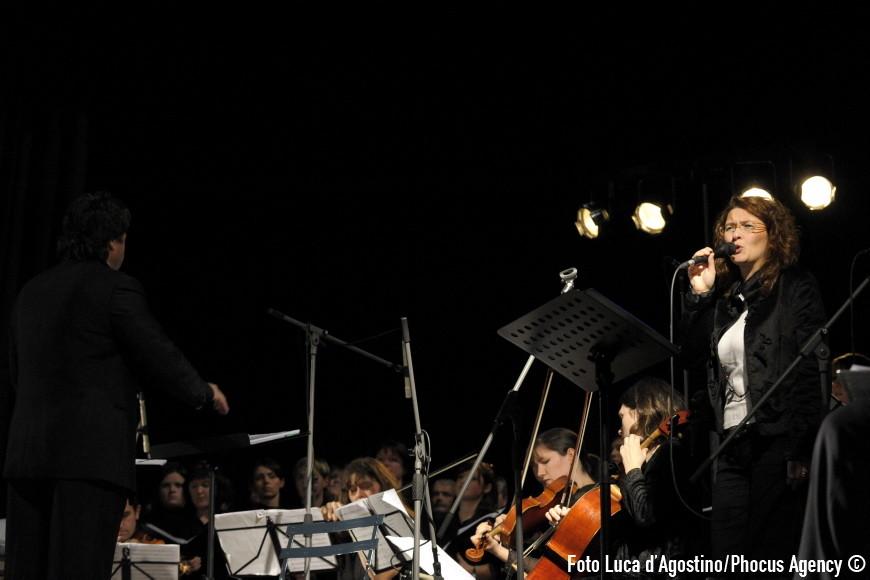 """Codroipo, 27/11/2008 - """"A forza di essere vento"""" - Con la  partecipazione di: Coro ÒLe Colone Ó di Castions di Strada - Coro Sine Tempore di Gonars - direttore M¡ Giorgio Cozzutti - Quartetto dÕarchi: ÒPiero PezzeÓ- violino: Francesco Comisso- violino: Lucia Clonfero - viola: Elena Allegretto- violoncello: Mara Gion- contrabbasso: Giovanni Venier - fisarmonica, Sebastiano Zorza - percussioni: Gabriele Rampogna - voce solista: Cristina Mauro, Elena Zuliani - Direttore: Giuseppe Tirelli - arrangiamenti:Renato Miani - Valter Sivilotti- Daniele Zanettovich -Traduzioni testi genovese - friulano S. Montello - E. Zampa - Attori: Claudio De Maglio, Giuliano Bonanni, Chiara Donada - Danzatore: Luca Zampar - Drammaturgia e regia : Claudio De Maglio - Foto Luca d"""