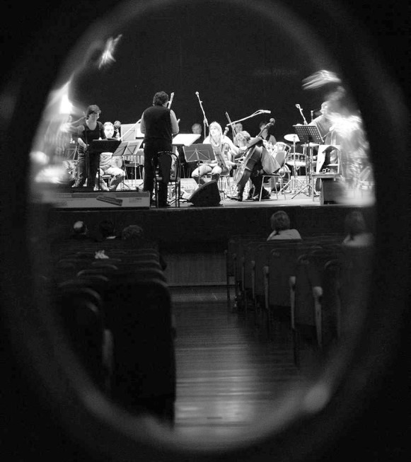 """Genova, 24/04/2012 - Teatro Gustavo Modena - A Forza di essere Vento - Musica e Letture per Coro e Orchestra sui temi di Faber - un progetto di Giuseppe Tirelli - Adattamenti e arrangiamenti di Daniele Zanettovich, Renato Miani e Valter Sivilotti - Regia e voce recitante Claudio De Maglio - Coro ÒLe ColoneÓ di Castions di Strada - Quartetto dÕarchi """"Pezz"""" - violino, Nicola Mansutti e Lucia Clonfero - viola, Elena Allegretto - violoncello Leo Morello - contrabbasso Fabio Serafini - fisarmonica Andrea Valent - percussioni Gabriele Rampogna Ð Francesco Tirelli - voci soliste Cristina Mauro Ð Emanuela Mattiussi - Silvia Danielis Ð Francesco Tirelli - direttore:  Giuseppe Tirelli - un omaggio della Comunita"""