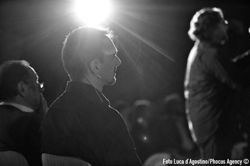 Zugliano, 14/09/2013 - Sala ÒLuigi PetrisÓ Centro ÒE. BalducciÓ - In dIrezIone ostInata e contrarIa - Vivo ricordo di don Andrea Gallo amico intimo di Fabrizio De Andr e fondatore della Comunitˆ di ÒSan Benedetto al portoÓ di Genova con la rappresentazione ÒA forza di essere ventoÓ Fabrizio De Andr - Adattamenti e arrangiamenti: Daniele Zanettovich, Renato Miani, Valter Sivilotti - Coordinamento: Giuliano Bonanni - Regia: Claudio De Maglio - Letture: Giuliano BonanniGianni Nistri - Intervento: don Pierluigi Di Piazza - Coro ÒLe ColoneÓ di Castions di Strada - Quartetto dÕarchi: violino: Nicola Mansutti - violino: Lucia Clonfero - viola: Margherita Cossio - violoncello: Antonino Poliafito - contrabbasso: Luca Zuliani - fisarmonica: Sebastiano Zorza - percussioni: Giacomo Salvadori, Francesco Tirelli - special guest ~ bouzouki - chitarra Stefano Barbati - voci soliste: Cristina Mauro, Emanuela Mattiussi, Gloria Turco - Francesco Tirelli - direttore: Giuseppe Tirelli - Foto Luca d