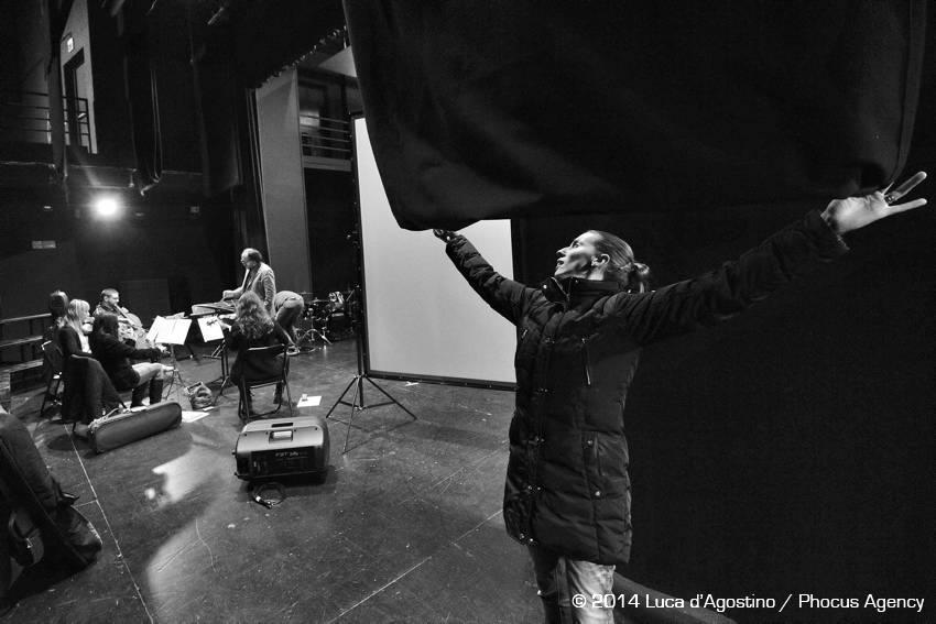 Tricesimo, 12/12/2014 Ð Teatro Luigi Garzoni  - Prove Turoldo Vivo, anteprima: Studio N¡ 1 - Associazione Culturale Coro ÒLE COLONEÓ di Castions di Strada - Coro ÒV™s dal TilimentÓ di Sedegliano - Voci recitanti > Chiara Donada Ð Gianni Nistri - Scenografia > Maurizio Della Negra - Quartetto dÕarchi violino: Lucia Clonfero - violino: Anna Apollonio - viola: Margherita Cossio - violoncello: Antonio Merici - Pianoforte-sintetizzatore > Nicola Tirelli - Percussioni > Francesco Tirelli - Voci soliste > Cristina Mauro Ð Emanuela Mattiussi - Musiche originali > Renato Miani Ð Valter Sivilotti - Adattamenti > Sebastiano Zanetti -Direzione > Giuseppe Tirelli - Regia > Giuliano Bonanni - Foto Luca d